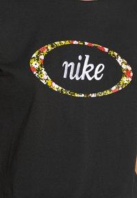 Nike Sportswear - Print T-shirt - black/pink - 4