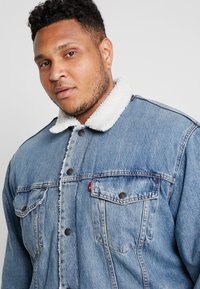 Levi's® Plus - BIG SHERPA TRUCKER - Veste en jean - blue denim - 3