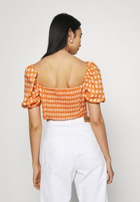 Glamorous - MAYA RUCHED BUST CROP TOP WITH FRONT TIE DETAIL PUFF SHORT SLEEVES - Blouse - rust gingham - 2