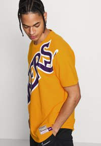 Mitchell & Ness - NBA LA LAKERS BIG FACE LAKERS TEE - Article de supporter - gold - 4