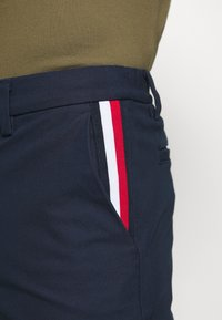 Tommy Hilfiger - DENTON CORP STRIPE - Shorts - blue - 3