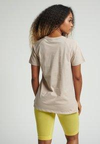 Hummel - HMLZENIA  - Print T-shirt - humus - 2