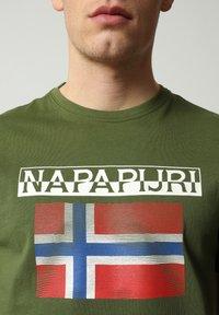 Napapijri - S-SURF FLAG - Print T-shirt - green cypress - 3