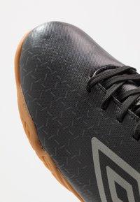 Umbro - VELOCITA V CLUB IC - Indoor football boots - black/carbon - 5