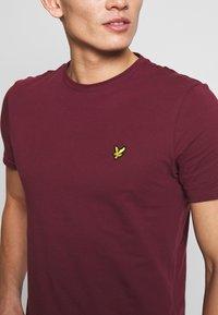 Lyle & Scott - PLAIN - Basic T-shirt - merlot - 5