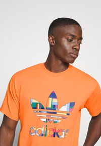 adidas Originals - SPORTS INSPIRED SHORT SLEEVE TEE - Print T-shirt - trace orange