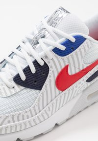 Nike Sportswear - NIKE AIR MAX 90 - Sneakers laag - white/university red/midnight navy/blue/pure platinum/metallic silver - 5