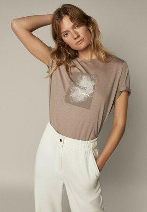 MIT SLOGAN - T-shirt print - beige