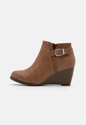 WIDE FIT WAGER - Boots à talons - camel