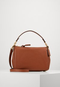 Coach - SOFT SHAY CROSSBODY - Kabelka - saddle - 1