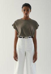 Massimo Dutti - MIT ZIERFALTEN AN DEN SCHULTERN - Basic T-shirt - khaki - 0