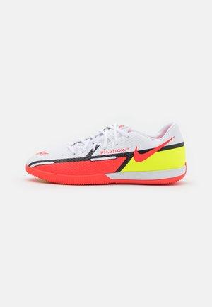 PHANTOM GT2 ACADEMY IC - Indoor football boots - white/bright crimson/volt