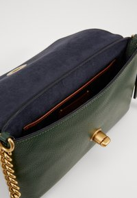 Coach - CROSSTOWN CROSSBODY - Across body bag - everglade - 4