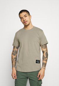 Calvin Klein Jeans - BADGE TURN UP SLEEVE - T-shirt basic - elephant skin - 0
