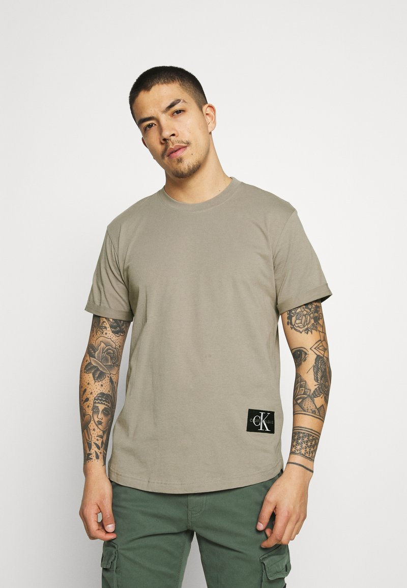 Calvin Klein Jeans - BADGE TURN UP SLEEVE - T-shirt basic - elephant skin