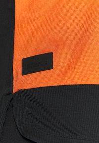 Craft - CORE OFFROAD  - Print T-shirt - terracot/black - 4
