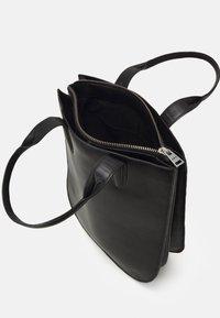 Royal RepubliQ - ELITE CURVE TOTE - Handbag - black - 2