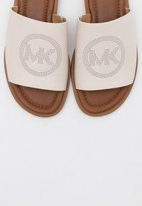 MICHAEL Michael Kors - LEANDRA SLIDE - Klapki - light cream - 6