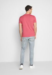GANT - ORIGINAL SLIM V NECK - T-shirt - bas - bright pink - 2