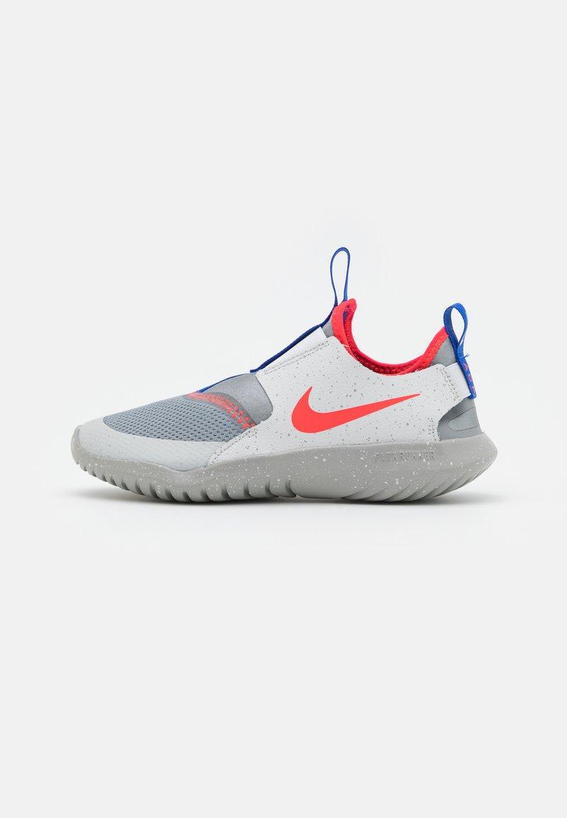 Nike Performance - FLEX RUNNER SE UNISEX - Neutral running shoes - particle grey/bright crimson/light smoke grey