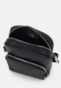 Calvin Klein Jeans - MICRO REPORTER UNISEX - Taška spříčným popruhem - black - 2