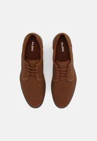 ALDO - EOWOALIAN - Zapatos con cordones - cognac - 3
