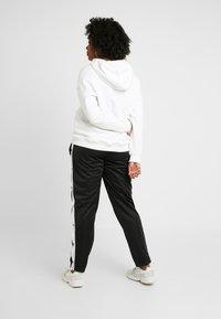 Urban Classics Curvy - LADIES BUTTON UP TRACK PANTS - Pantalones deportivos - black - 2