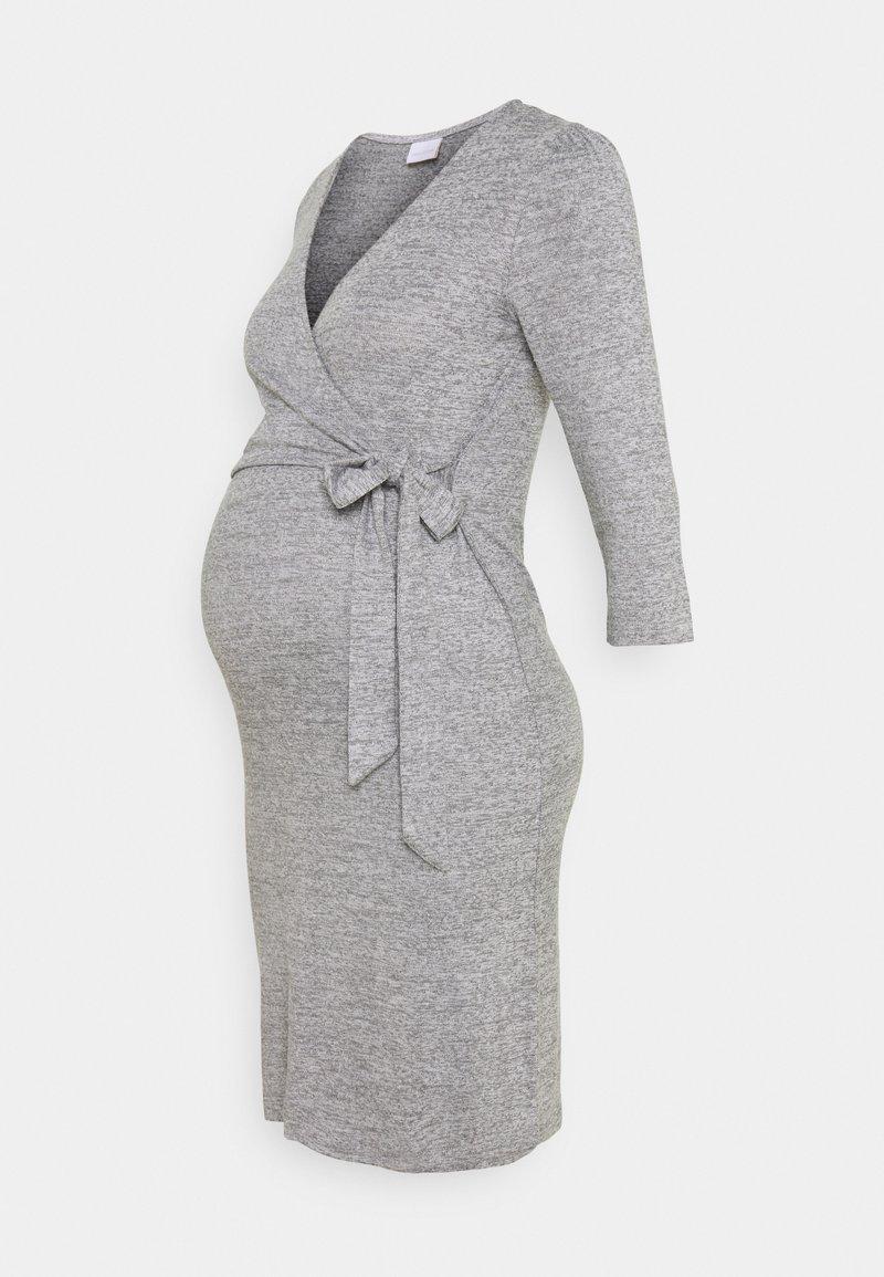 MAMALICIOUS - MLILA TESS DRESS - Pletené šaty - medium grey melange
