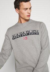 Napapijri - BARAS CREW NECK - Bluza - mottled grey - 4