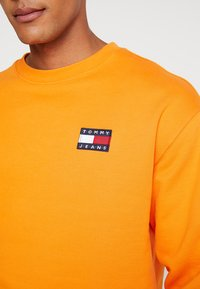 Tommy Jeans - BADGE CREW - Sweatshirt - orange - 4