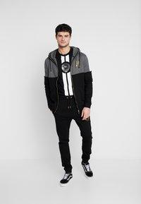 Supply & Demand - RUNNER  - T-shirts print - black - 1