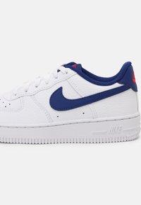 Nike Sportswear - FORCE 1 UNISEX - Sneakers laag - white/deep royal blue/universal red - 4