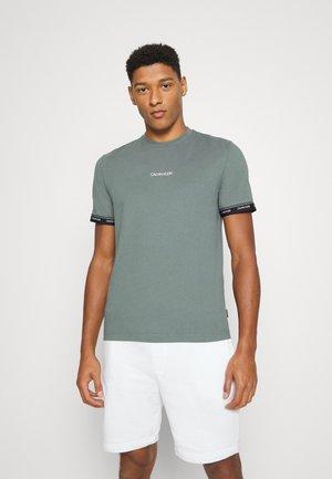 ARCHIVE LOGO TAPE - Print T-shirt - balsam green