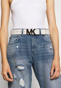 MICHAEL Michael Kors - PEBBLE TO LOGO ON PLAQ - Belt - luggage/gold-coloured - 1