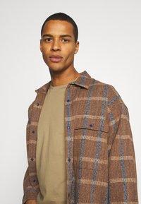 Minimum - AARHUS - Basic T-shirt - elmwood - 3