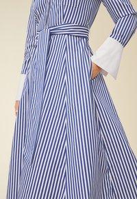 IVY & OAK - Robe longue - stripe - illuminate blue - 2