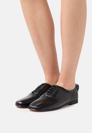 IRIS 13 - Šněrovací boty - black/white/rich tan