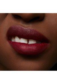 MAC - POWDER KISS LIQUID LIPCOLOUR - Liquid lipstick - make love to the camera - 4