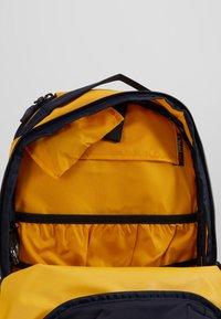 Dakine - HELI PACK 12L - Batoh - golden glow - 4