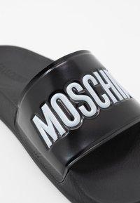 MOSCHINO - Pantofle - black - 5