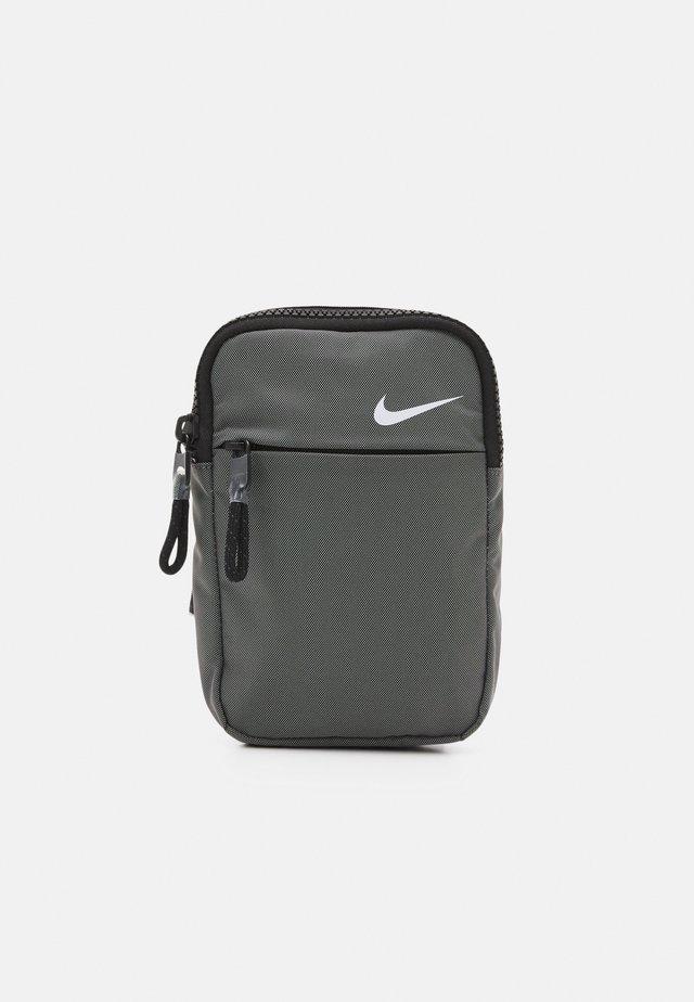 UNISEX - Across body bag - canyon grey/white