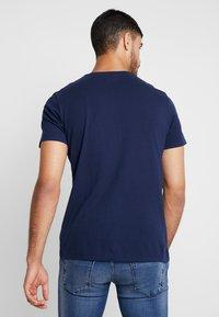 Wrangler - LOGO TEE - T-shirt z nadrukiem - navy - 2