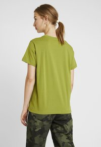 Champion Reverse Weave - SMAL SCRIPT CREWNECK  - Print T-shirt - khaki - 2