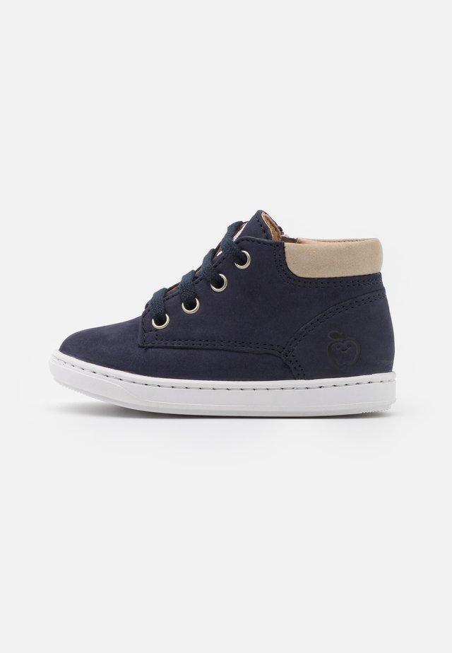 BOUBA ZIP DESERT - Sneakersy wysokie - navy/sand