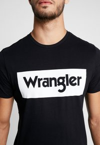 Wrangler - LOGO TEE - T-shirt z nadrukiem - black - 5