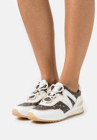 MICHAEL Michael Kors - PIPPIN TRAINER - Trainers - optic white/brown - 0