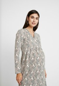 Paula Janz Maternity - DRESS SOUFFLE NURSING - Pletené šaty - white - 6