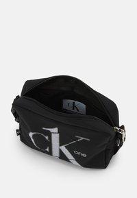 Calvin Klein Jeans - CAMERA BAG - Skulderveske - black - 2