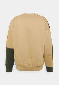 Tommy Jeans - COLORBLOCK CREW - Felpa - classic khaki/multi - 1
