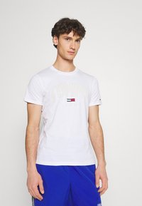 Tommy Jeans - SHADOW TEE UNISEX - T-shirt med print - white - 0